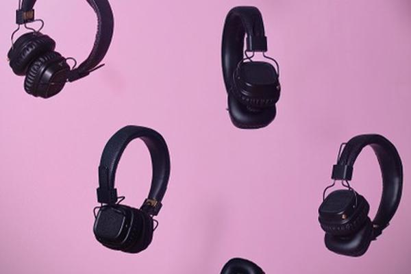 Kopfhörer auf rosa Hintergrund