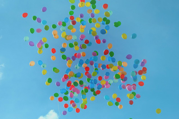 Bunte Luftballons steigen in den Himmel